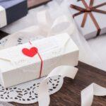 白い箱に赤いリボンのプレゼントの箱
