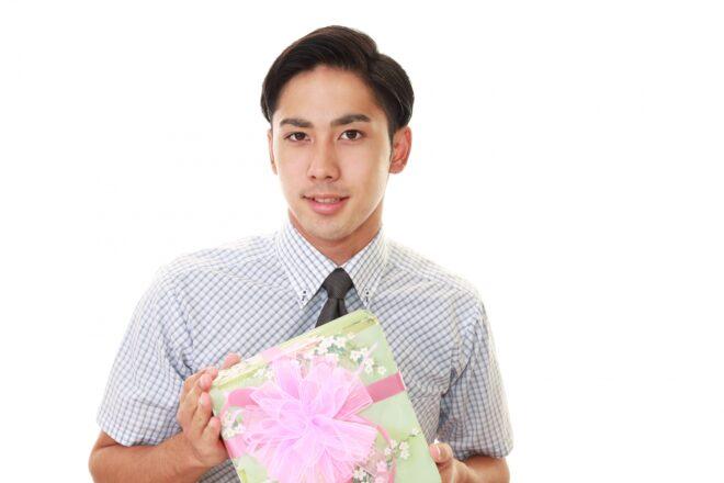 プレゼントを手にする笑顔の男性